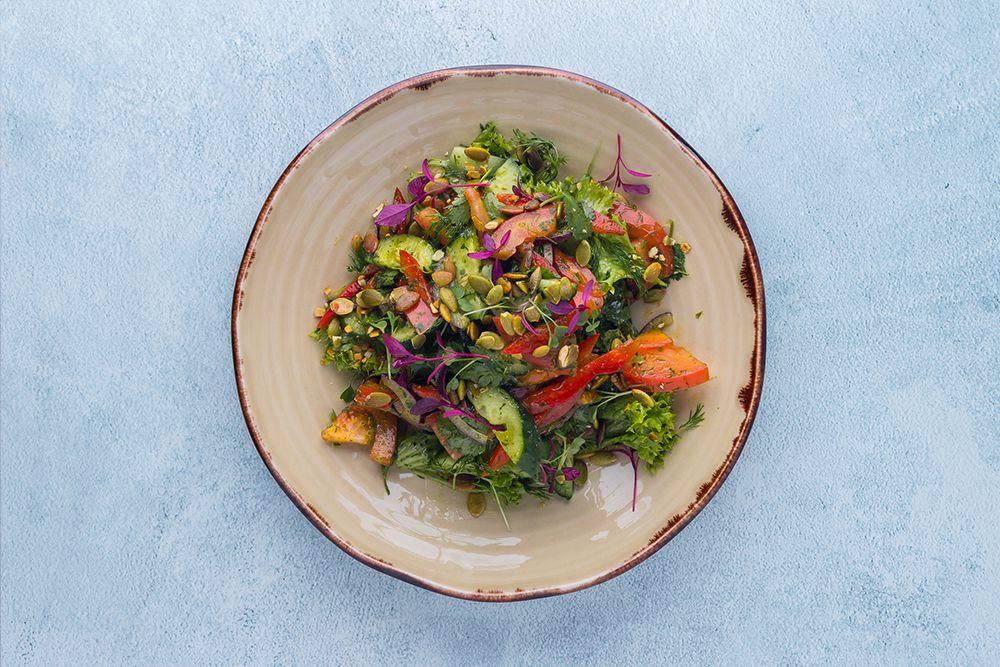 Салат овощной с зеленью и тыквенными семечками
