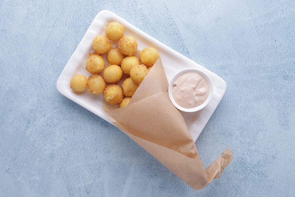 Сырные шарики в сухарях и соусом Бик