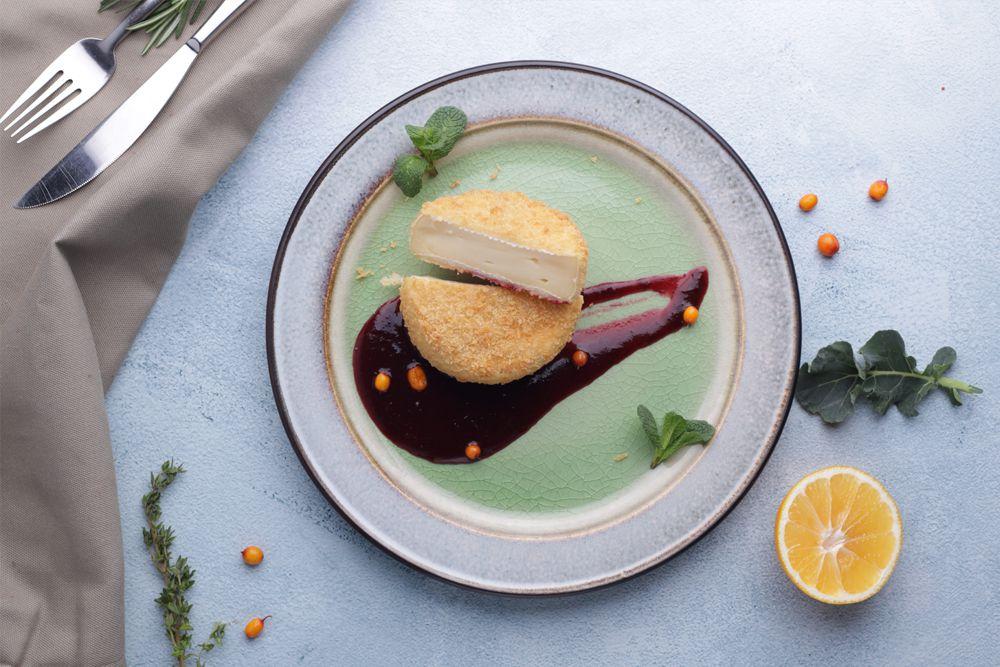 Жареный сыр Камамбер с ягодный соусом