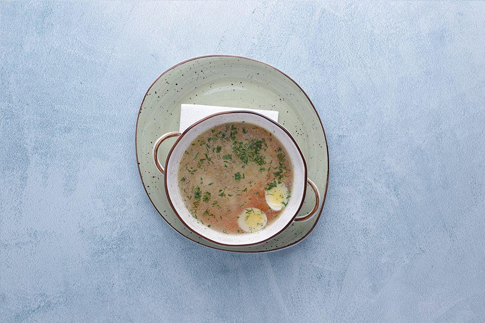 Куриный бульон с домашней лапшой и перепелиным яйцом
