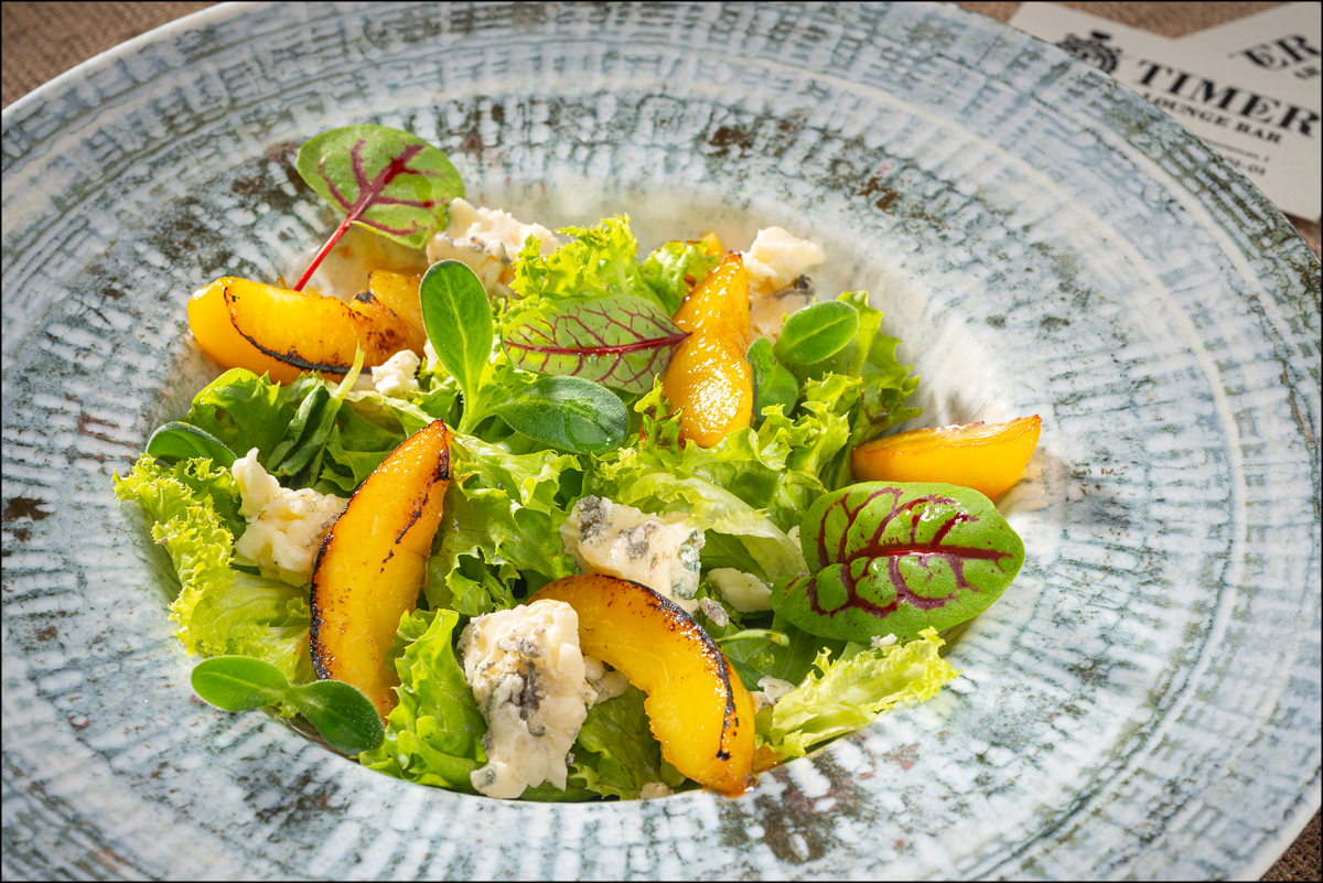 Салат с персиком и сыром Блю-чиз