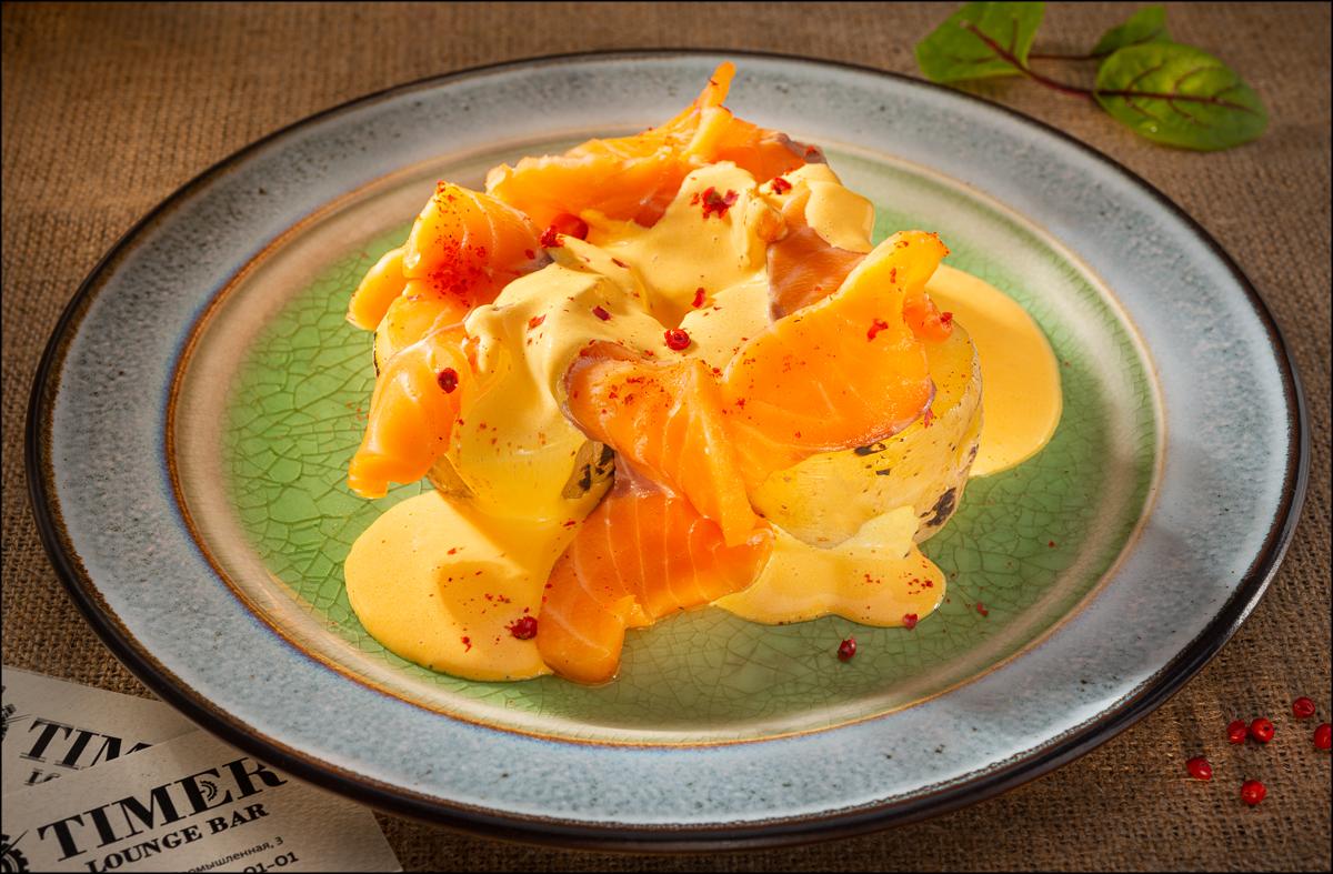 Печеный картофель с лососем и голландским трюфельным соусом
