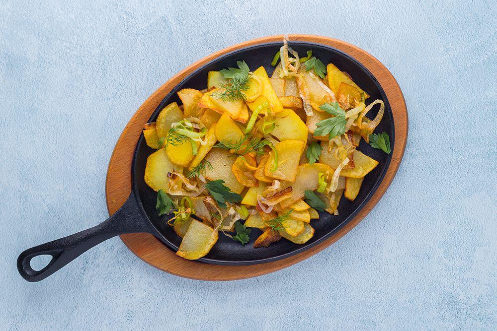 Сковорода с картофелем и луком